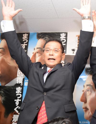 当選を決め、支持者らと万歳三唱する保岡興治氏=14日午後8時過ぎ、鹿児島市中央町