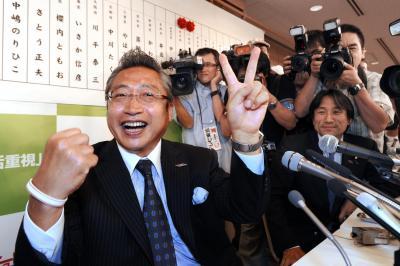 参院選で次々に当選が決まり、笑顔のみんなの党の渡辺喜美代表=2010年7月12日