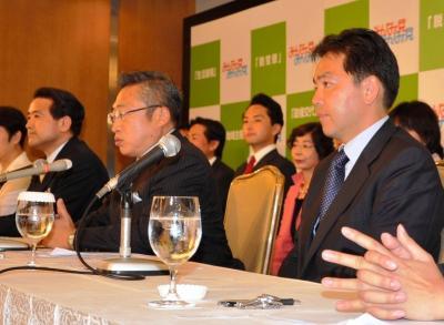 「みんなの党」結成会見に臨む、右から浅尾慶一郎氏、渡辺喜美氏、江田憲司氏。最後は全員が離散し、解党した=2009年8月8日