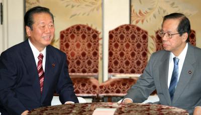 福田康夫首相(右)との党首会談に臨む小沢一郎氏=2007年10月30日