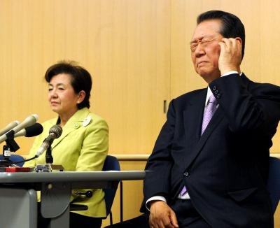 「日本未来の党」の分派について説明する、嘉田由紀子代表(左)と小沢一郎氏。嘉田氏はてんまつを「成田離婚」と形容した=2012年12月28日