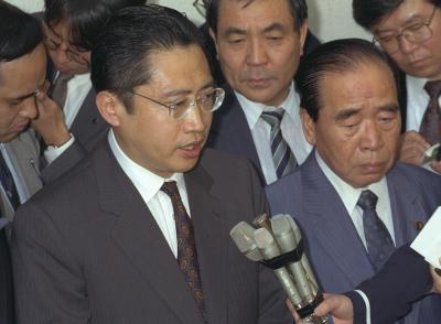 緊急入院した父の渡辺美智雄副総理・外相の病状を語る、秘書だった頃の喜美氏=1992年6月1日