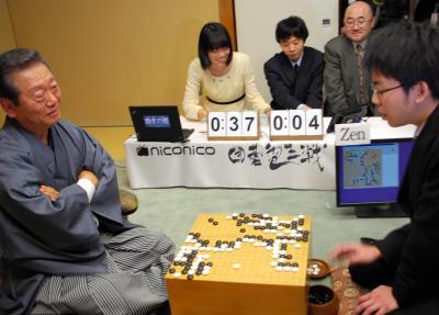 ニコニコ生放送の番組内で、得意の囲碁でコンピューターと対戦する小沢一郎氏。マスコミ嫌いで知られたが、ネットメディアには意欲的に登場した=2014年2月16日