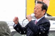雪の中、コートも羽織らず演説する小沢一郎・生活の党代表=2014年12月6日、岩手県花巻市