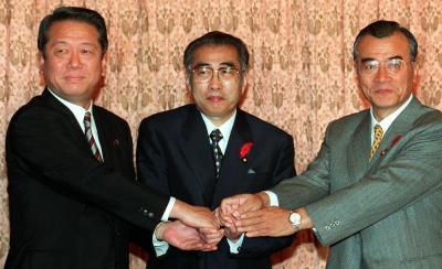 自自公連立内閣の発足で合意した、自由党の小沢一郎、自民党の小渕恵三、公明党の神崎武法(左から)の各党首=1999年10月4日