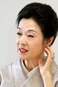 黒川氏を妻として支えた若尾文子さん=2008年10月24日