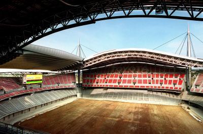 建築中の豊田スタジアム。完成後、数々の名勝負が行われた=2001年4月