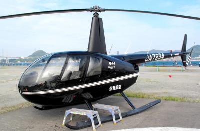 黒川紀章さんが生前に発注したヘリコプター。機体は黒川さんが選んだ黒で、内装も豪華。2007年にエス・ジー・シー佐賀航空が受注したが、黒川さんが急死したためキャンセルに。山口県下関市の関門海峡上空を巡る遊覧飛行用の機体として使われることに=2010年5月
