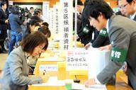 衆院選の公示日を前に、届け出受け付けのリハーサルをする選管職員ら=2014年12月1日、岡山県庁