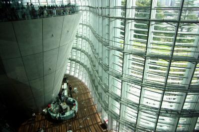国立新美術館3階の仏料理レストランをガラスの壁面が包み込む