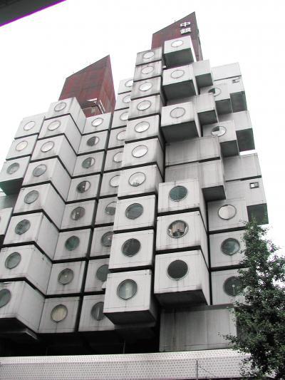 ユニークな外観の中銀カプセルタワーも黒川紀章氏の設計