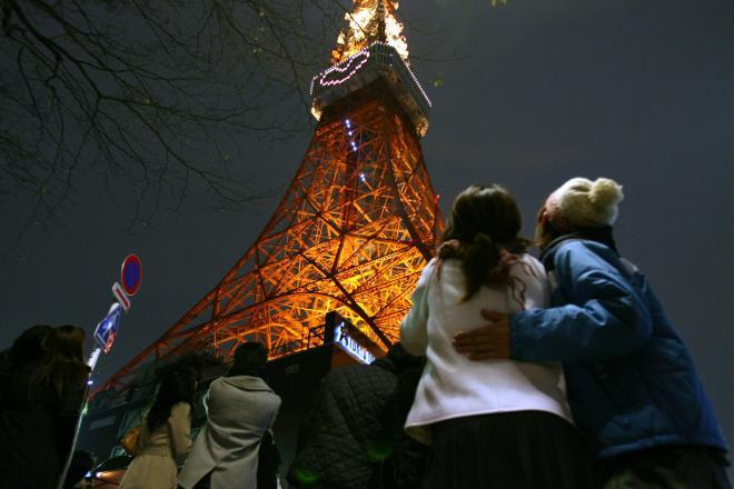 東京タワーを見つめるカップルたち。1983年に発表された山下達郎「クリスマス・イブ」は、30年以上経った今も、カラオケ人気曲の地位を保っている