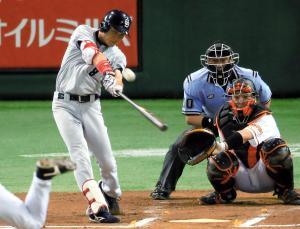 本塁打を放つ大島選手=2014年7月4日