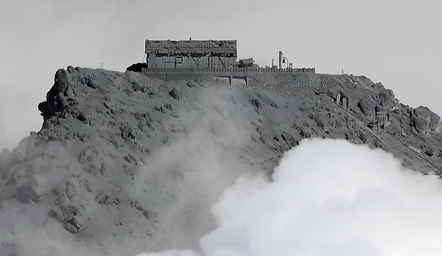 噴煙と雲がかかった御嶽山の山頂=10月2日午前9時9分、長野・岐阜県境、朝日新聞社ヘリから