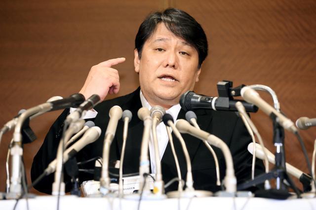 記者会見で聴覚について説明する佐村河内守さん=3月7日、東京都港区
