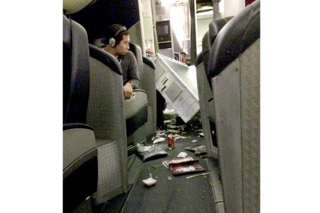 機体が揺れて物が散乱した航空機内=乗客提供