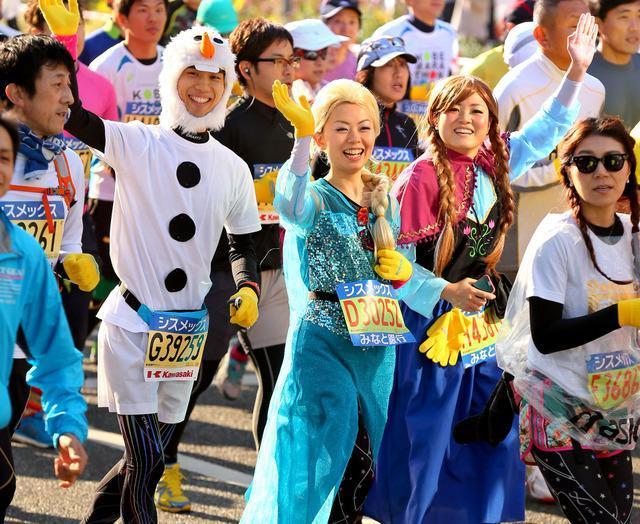アナと雪の女王や雪だるまの格好で走る参加者=11月23日午前9時17分、神戸市中央区