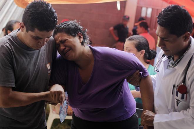 ホンジュラスの首都テグシガルパで、チンクグニア熱が疑われる発熱を訴える女性=ロイター