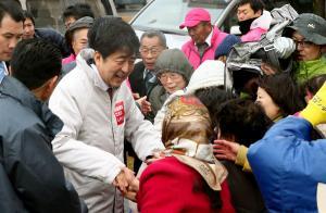 街頭演説の後、有権者と握手する安倍晋三首相=2014年12月3日