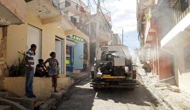 ドミニカ共和国の首都・サントドミンゴで、蚊を駆除するトラック=ロイター