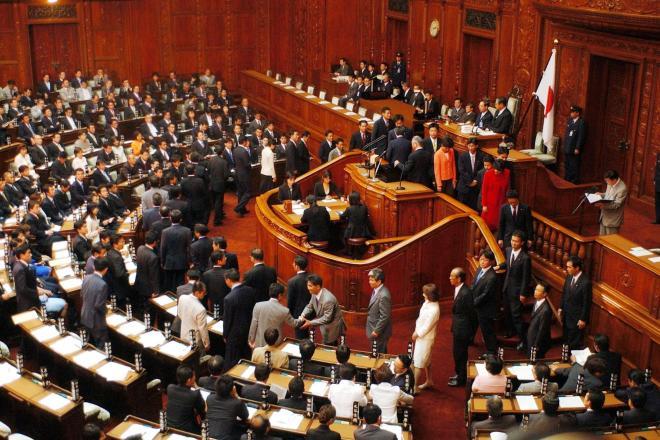 衆院本会議で首相指名の投票をする議員たち=2005年、国会内で