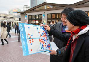 街頭でおこなれたアンケート。35歳の会社員男性(右)は「争点はアベノミクス」を選んだ=2014年12月10日
