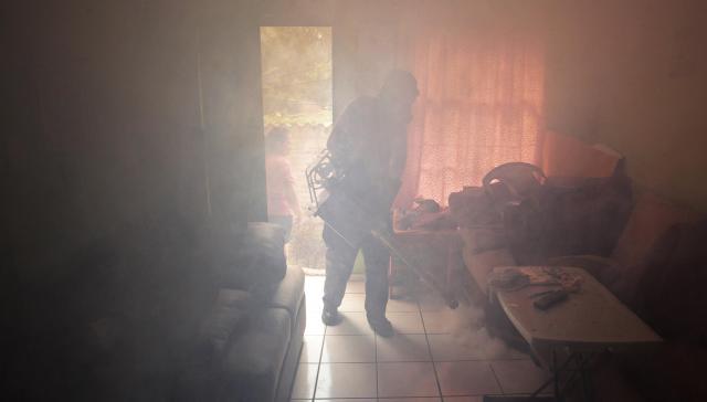 エルサルバドルの首都・サンサルバドルで蚊を駆除する赤十字のボランティア=ロイター