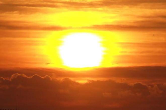 初日の出。元旦の「旦」の字の由来は・・・=徳島県鳴門市、2013年1月1日