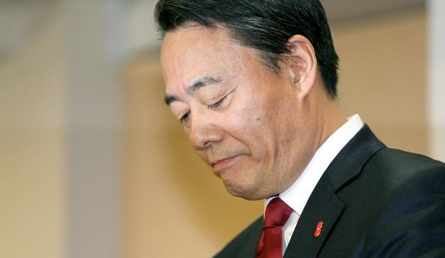 辞任表明の会見をする民主党の海江田万里代表=15日午後、東京・永田町の党本部、関田航撮影