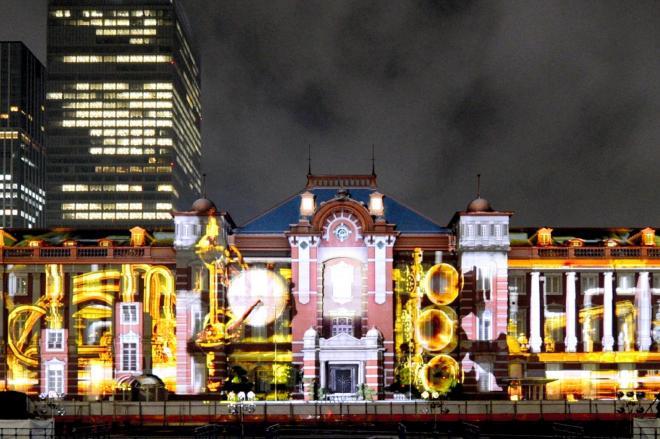東京駅丸の内駅舎をスクリーンに見立て、映し出される映像。この時も来場者が殺到して・・・=2012年9月21日
