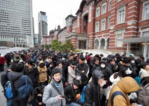 JR東京駅では、開業100周年記念の「Suica」を買い求める長い行列ができた=2014年12月20日