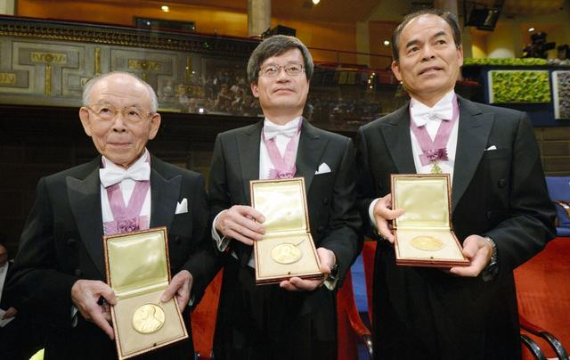 ノーベル賞授賞式を終え、メダルを手にする(左から)赤崎勇・名城大教授、天野浩・名古屋大教授、中村修二・米カリフォルニア大サンタバーバラ校教授=11月10日午後、ストックホルムのコンサートホール、代表撮影