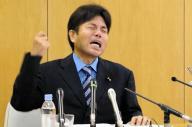 号泣しながら、議員になった理由などを訴える野々村氏=7月1日、神戸市中央区
