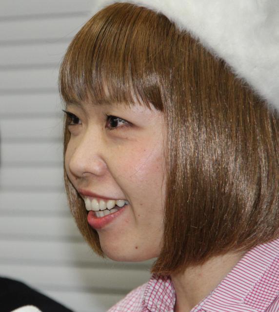 記者会見で笑顔を見せる漫画家のろくでなし子さん