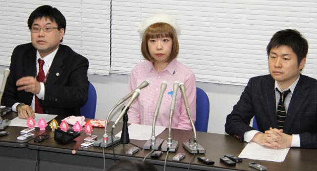 記者会見するろくでなし子さん(中央)、弁護士の山口貴士氏(左)、南和行氏(右)=12月26日夜、都内