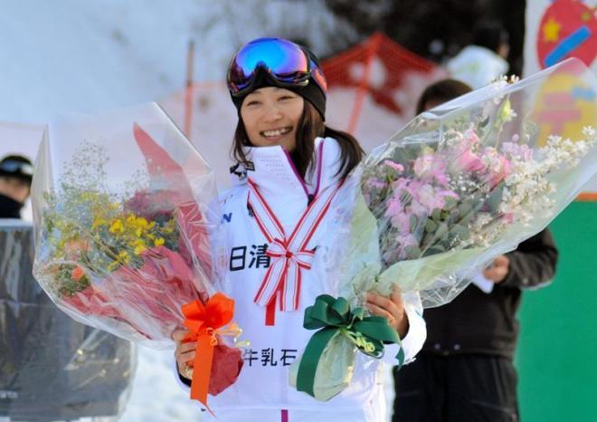 表彰式の後、引退セレモニーで花束をプレゼントされ笑顔を見せる上村愛子選手=白馬村神城