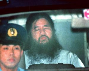 東京地裁での勾留(こうりゅう)尋問を終え、警視庁に戻る松本被告=1995年6月、東京・霞が関で