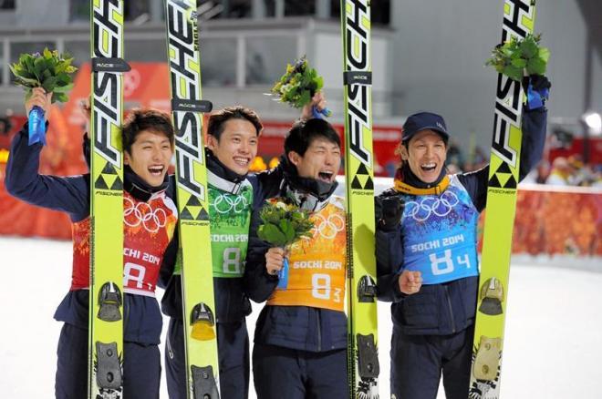 銅メダルを獲得し喜ぶ(左から)清水礼留飛、竹内択、伊東大貴、葛西紀明=遠藤啓生撮影