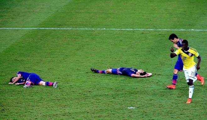 後半37分、コロンビアのマルティネス(21)にゴールを決められ、倒れ込む内田(左)と吉田(中央)=関田航撮影