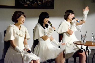 オリコン週間5位を果たし、新潟で凱旋ライブ。トークショーをする(左から)Kaede、Nao☆、Megu=2014年12月11日、新潟市中央区