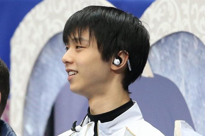 2013年全日本選手権のときの羽生選手。ケーブルが耳の後ろに回っています。=朝日新聞写真部撮影