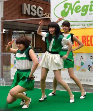 ミニライブをしたNegicco=2014年4月15日、新潟市中央区古町7番町