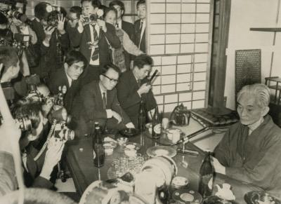 ノーベル文学賞受賞が決まり、報道陣のカメラに囲まれる川端康成=1968年10月17日