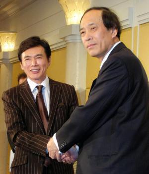 「おふくろさん」問題を乗り越え、握手する森進一さん(左)と飯沼春樹さん=2008年11月6日