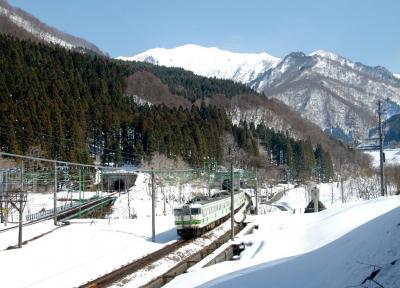 新清水トンネルを抜け「雪国」に入るJR上越線=2009年4月3日