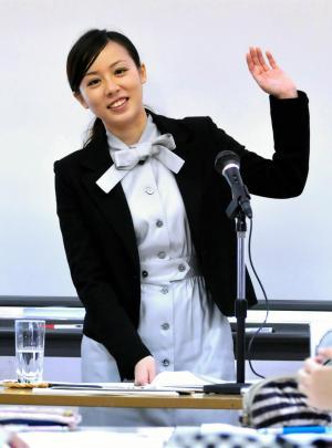 オーサー・ビジット2010で生徒たちに挙手を求める、先生役の綿矢さん=2010年11月18日