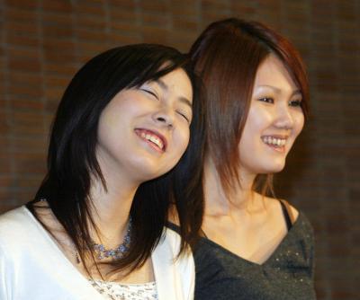 第130回芥川賞に決まり喜びの表情の綿矢りささん。同時受賞の金原ひとみさん(右)と=2004年1月15日