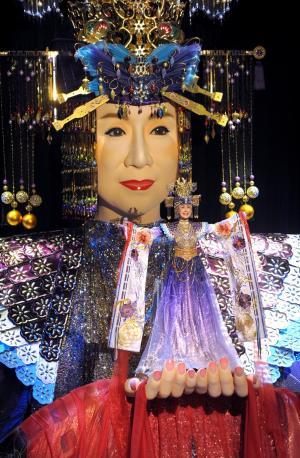 大がかりな舞台装置「メガ幸子」を従えた小林幸子=2009年12月31日、東京・渋谷のNHKホール、東川哲也撮影