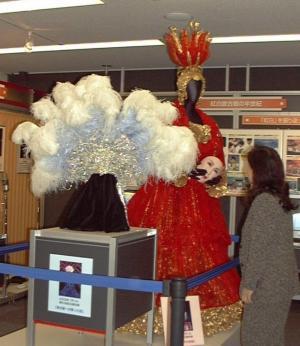 紅白歌合戦で使われた小林幸子さんのドレス(後ろ)と美川憲一さんの冠=2003年1月31日