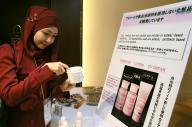 ハラル化粧品のUVクリームを試すインドネシアから来た研究者